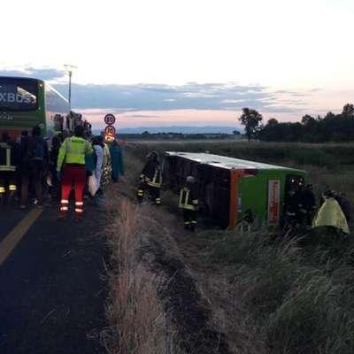 Avtobus zapeljal z avtoceste in se zvrnil na bok