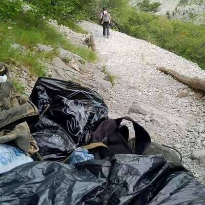 Sprehajalci v dolini Glinščice te dni pogosto naletijo na kupe  oblačil, obutve in odej ter na ostanke hrane, ki jih za seboj puščajo  migranti. Foto: ilpiccolo.it