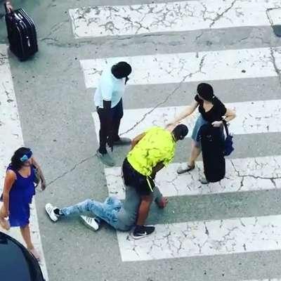 Občani so moškega pridržali do prihoda policije. Foto: Instagram/Tankut Korkut