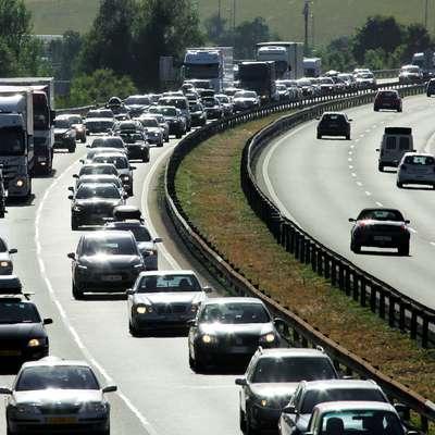 Gneča na cestah se povečuje, na mejnih prehodih so čakalne dobe
