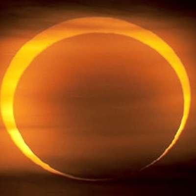 Po najdaljšem popolnem luninem mrku v tem stoletju bo dele  severne poloble v soboto okoli poldneva po srednjeevropskem  času zasenčil še delni Sončev mrk.