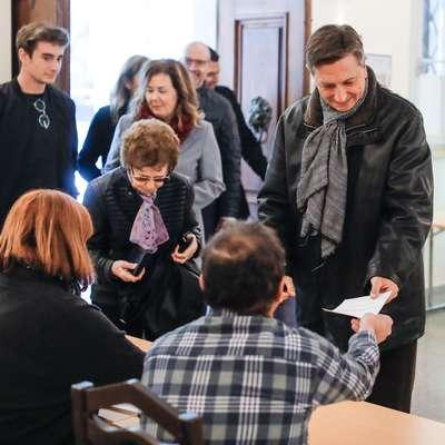 Ob oddaji glasu na domačem volišču v Šempetru pri Gorici je  predsedniški kandidat Borut Pahor dejal, da je bilo v tej  predvolilni kampanji nekaj kontraverz, eno od protislovij pa je  tudi to, da je danes veliko bolj miren kot je bil v prvem  krogu. Foto: STA