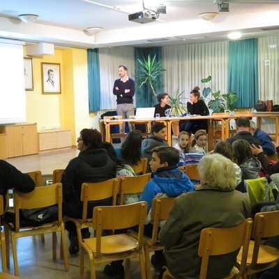 Na prvem predstavitvenem večeru je več kot sto krajanov v  četrtek prisluhnilo idejnim rešitvam novega mostu čez reko  Sočo v Mostu na Soči. Foto: STA