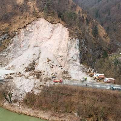 Na glavno cesto Zagorje-Trbovlje je v soboto popoldne zgrmelo od  10.000 do 15.000 kubičnih metrov skal, zemlje in dreves ter zasulo  približno 70 metrov ceste. Foto: STA