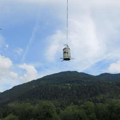 Aljažev stolp je zaradi nujnih vzdrževalnih posegov danes prvič v  svoji zgodovini zapustil Triglav, kamor ga je pred 123 leti postavil  dovški župnik Jakob Aljaž. Foto: STA