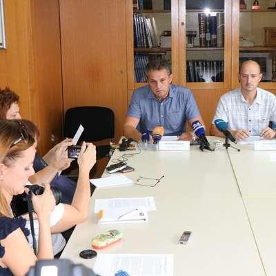 Vodja Sektorja kriminalistične policije Policijske uprave Nova  Gorica Marino Pangos (levo) je na novinarski konferenci predstavil  podrobnosti iz preiskave torkovega umora v Črničah. Foto: PU Nova Gorica
