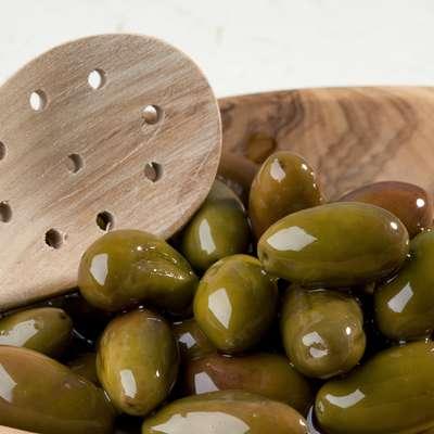 Festival namiznih oljk  širšo javnost in turiste     osvešča o pomenu  podeželja in njegove dediščine,  sredozemske kuhinje  in značilnih   lokalnih izdelkov. Foto: Jaka Jeraša