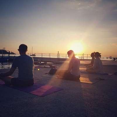 Poleg običajnih, rednih vadb joge, Pirančanka Nuša Pevc organizira tudi dobrodelne joge, današnja bo njena četrta. Foto: Nush Yoga