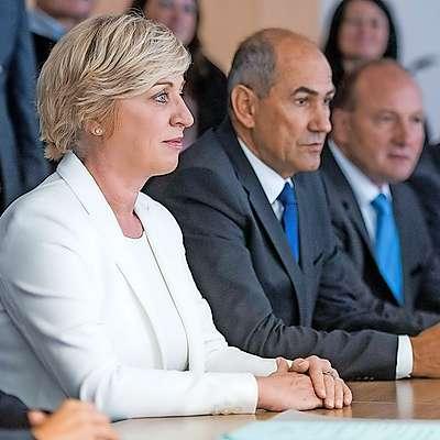 Romana Tomc je na Državno volilno komisijo prišla v spremstvu predsednika SDS Janeza Janše. Foto: Bor Slana/Sta