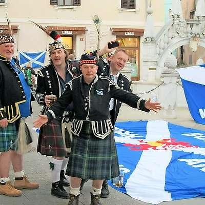Škotski navijači v Kopru leta 2012. Tudi takrat so donirali  denar v dobrodelne namene. Foto: Maksimiljana Ipavec