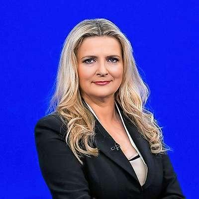Včeraj zvečer se je kar nekaj gledalcev ob gledanju večerne  informativne oddaje Odmevi spraševalo, kaj je narobe z  voditeljico, izkušeno novinarko Tanjo Gobec. Foto: Miloš Ojdanič