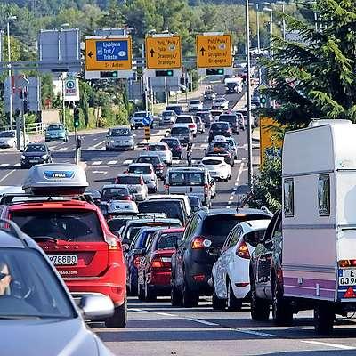 Strategija o alternativnih gorivih v prometnem sektorju predvideva, da po letu 2030 v Sloveniji ne bo več dovoljena prva  registracija avtomobilov z notranjim izgorevanjem na bencin  ali dizel. Foto: Tomaž Primožič/Fpa
