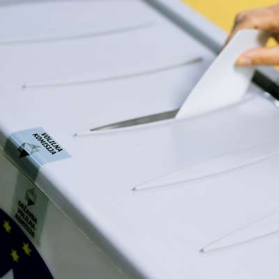 Pred nedeljskim drugim krogom predsedniških volitev je še  danes moč predčasno glasovati.