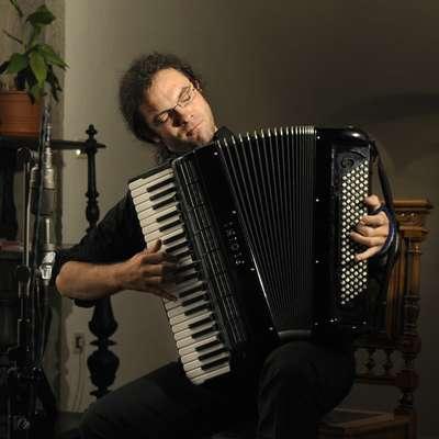 Marko Hatlak bo s Kapobando jutri nastopil v Kosovelovem domu  v Sežani, v petek pa v Gledališču Koper. Foto: Foto Atelje Pavšic Zavadlav