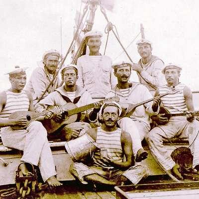 Mornarji v prostem času na krovu avstro-ogrske vojaške ladje.