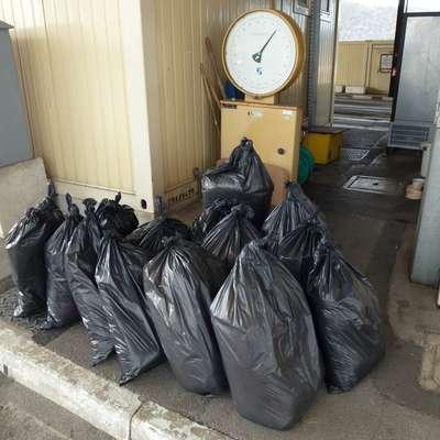 Policisti na mejnem prehodu Sečovlje so paru zasegli  196 kilogramov tobaka.  Foto: PU Koper