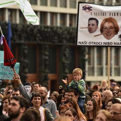 Množica protestnikov je v središču Ljubljane in nasprotovala  sprejetju novele zakona o nalezljivih boleznih.  Foto: STA