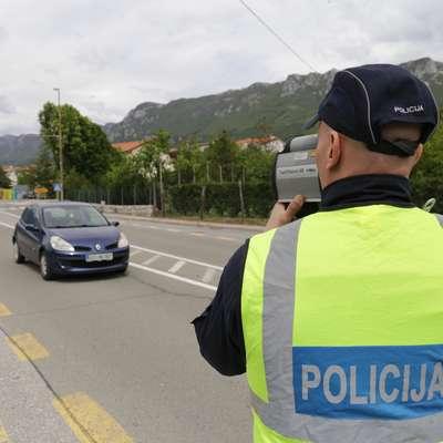 V prvem tednu preventivne akcije Hitrost ubija - vozimo pametno  bodo policisti poostrili nadzor, v sredo pa bodo tako kot večina  evropskih držav izvedli maraton nadzora hitrosti.  Foto: Leo Caharija