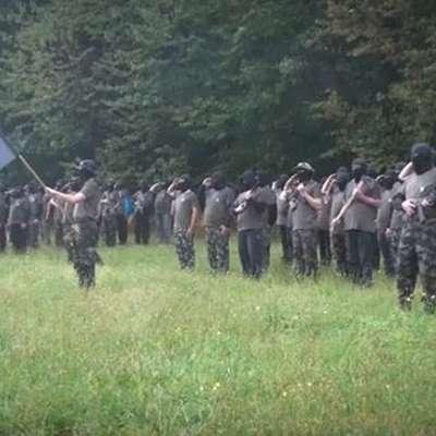 Razkritje, da se v Sloveniji pod vodstvom Andreja Šiška uri  paravojaška oborožena skupina, je poskrbelo za naslove v nekaterih tujih medijih. Foto: Vir: Facebook Slovenka TV