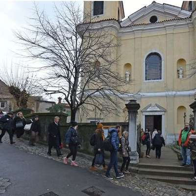 Znani hrvaški eksorcist v Ricmanje privabil veliko število vernikov
