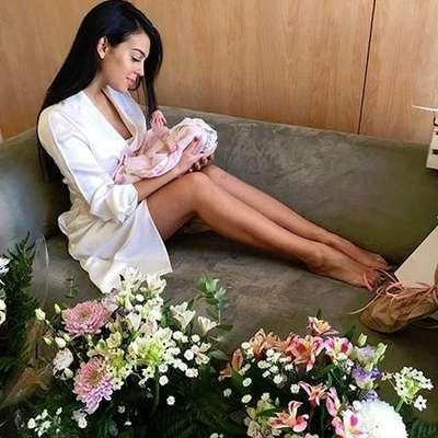 Ronaldovo dekle med cvetjem z dojenčkom