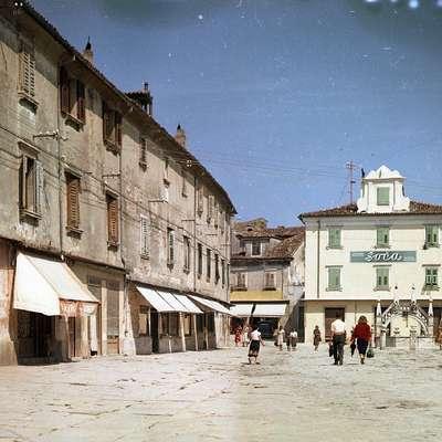 Do leta 1957 se je iz obalnih mest izselila večina italijanskega  prebivalstva. Na fotografiji je Koper leta 1954.