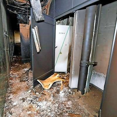 Najbolj je gorelo na hodniku, kjer je jašek z električno  napeljavo. Foto: Tomaž Primožič/FPA