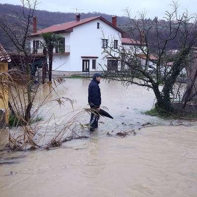 Poplavljalo hiše, sprožili so se plazovi (foto+video)