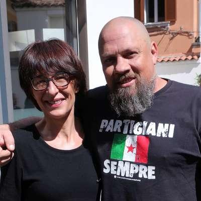 Najodmevnejša letošnja gostja Florence Hartmann se je želela  fotografirati z majico dalmatinskega kolega Borisa Dežulovića. Foto: Andraž Gombač