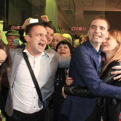 Miklavič (drugi z desne) v objemu partnerke Nine Bizjak.  Foto: Nace Novak