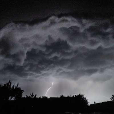 Včerajšnje nevihtno nebo nad Ozeljanom Foto: Leo Caharija