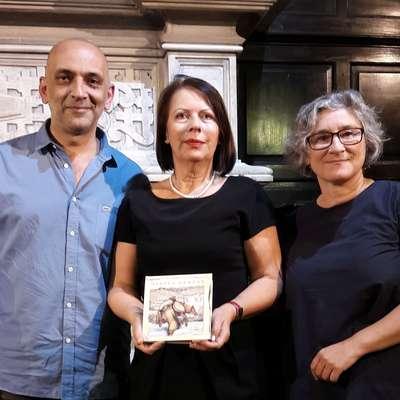Za izdajo Martina Krpana v kastiljskem jeziku v Argentini so  zaslužni prevajalka María Florencia Ferré (desno), slovenska  veleposlanica Jadranka Šturm Kocjan in založnik Omar  Tavalla.
