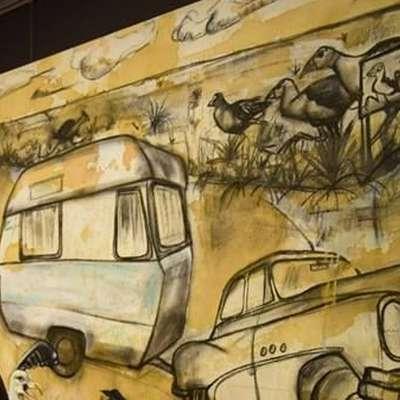 Tanja Makuc pred svojo sliko Počasni pukeko in modri karavan Foto: Vir: FB Tanja Makuc