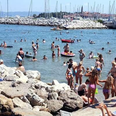 Morje ima prijetnih 25 stopinj Celzija. Foto: Tomaž Primožič/FPA