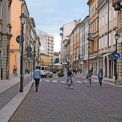 Iz trgovine na Verdijevem korzu v Gorici so ukradli torbice.  Foto: AMBROŽ SARDOČ