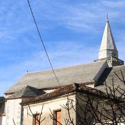 Cerkveno ladjo prekrivajo nove skrle iz kamnoloma pri Povirju.  Foto: Alenka Tratnik