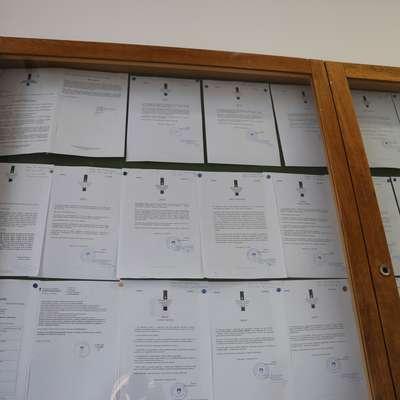 Sodišče: oglasna deska ni previsoko, informacije so dostopne.   Foto: Alenka Tratnik
