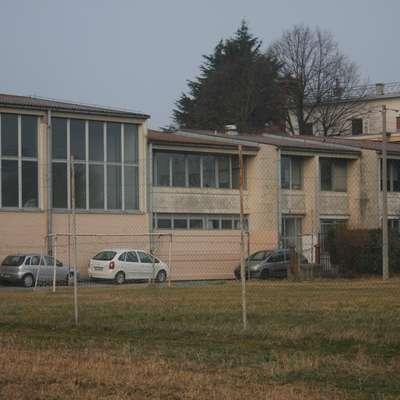 Montažni del šole in telovadnica že dolgo kličeta po obnovi.  Foto: Alenka Ožbot