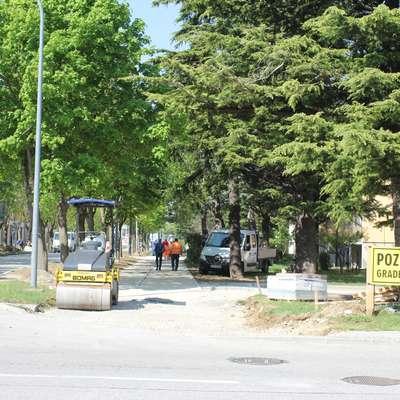 Prvi sklop kolesarske poti in pešpoti  naj bi dokončali v začetku  poletja. Foto: Alenka Tratnik