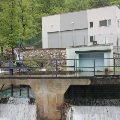 Ob vodarni Hubelj nameravajo zgraditi nov vodni  zalogovnik za   3000 kubičnih metrov vode.  Foto: Alenka Tratnik