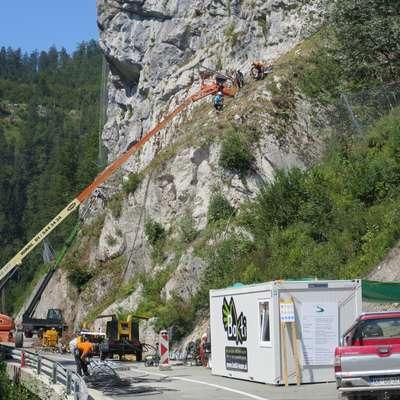 Do 20. avgusta naj bi Bakti opravil vsa dela, ki so potrebna za  polovično odprtje cestišča.  Foto: Saša Dragoš