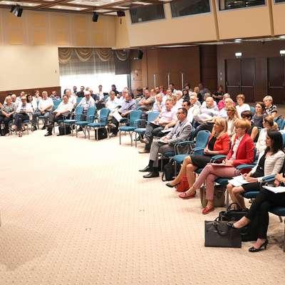 V konferenčnem centru Perla se je zbrala večina svetnikov treh  občin.  Foto: Luka Carlevaris
