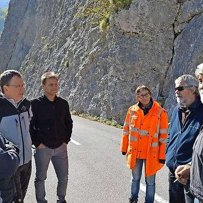 Vpleteni v projekt so se pred kratkim dogovorili, kako bodo  razširili cesto pod skalo pred  trdnjavo Kluže.  Foto: Občina Bovec