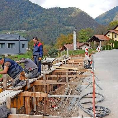 Pločnik proti Žabčam bodo zgradili do konca novembra.  Foto: Neva Blazetič