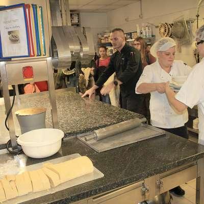 S poklicem slaščičarja so se osnovnošolci seznanili v prostorih kuhinje v Hitovi Perli. Foto: Nace Novak