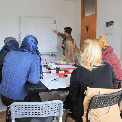 Čeprav 20-urni tečaj prinaša le seznanitev z osnovami jezika,  bo mladim Makedonkam olajšal sporazumevanje  v vsakdanjem življenju. Foto: Nace Novak