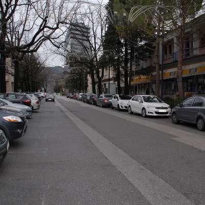 V Delpinovi ulici, pa ne le tam,  bi bilo zelo hitro možno vsaj  začasno rezervirati parkirna mesta za invalide. Toda na občini  to odklanjajo, češ, da bo kmalu vse preurejeno.    Foto: Ambrož Sardoč