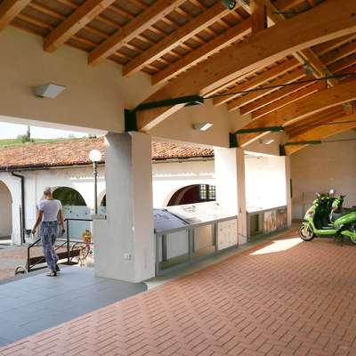 Kar nekaj je  idej, kaj postaviti v pokritem paviljonu na dvorišču  gradu Dobrovo. Na občini se zdaj ogrevajo za vinsko fontano. Foto: Leo Caharija