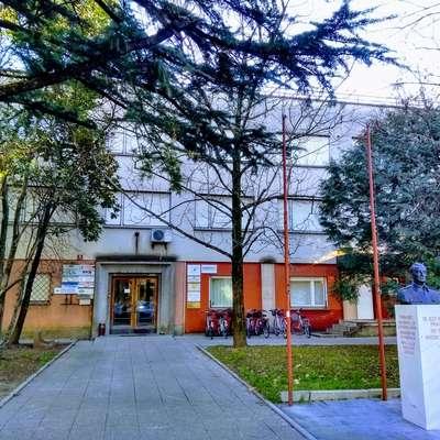 Junija bo morda že jasno, ali bo občina po sodni poti dobila  lastništvo stavbe na Kidričevi 9.  Foto: Mitja Marussig