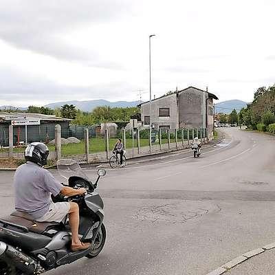 V kratkem se bodo lotili temeljite obnove Vrtojbenske ulice od  železniškega prehoda proti krožišču pri Sparu, prihodnje leto  naj bi jo nadaljevali proti pošti.  Foto: Leo Caharija